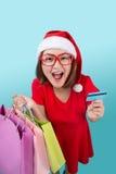 Santa kobiety mienia azjatykci torba na zakupy i kredytowa karta przeciw Zdjęcie Stock