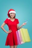 Santa kobiety mienia azjatykci torba na zakupy i kredytowa karta przeciw Obrazy Royalty Free
