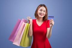 Santa kobiety mienia azjatykci torba na zakupy i kredytowa karta przeciw Zdjęcie Royalty Free