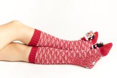 Santa kobiety nogi Bożenarodzeniowy zakupy pojęcie Obrazy Stock