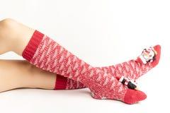 Santa kobiety nogi Bożenarodzeniowy zakupy pojęcie Zdjęcia Stock