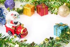 Santa Krystaliczna śnieżna piłka na Bożenarodzeniowym tle Obrazy Stock