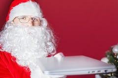 santa lap-top εκμετάλλευσης υπολογιστών Claus Στοκ Εικόνα