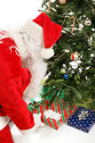 Santa Leaves Gifts Under Christmas-Baum lizenzfreie stockfotos