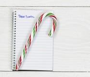 Santa Letter com o bastão de doces no desktop branco Fotografia de Stock Royalty Free