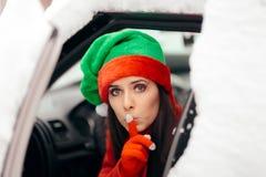 Santa Little Helper Keeping het Geheime Leveren stelt door Auto voor royalty-vrije stock foto's