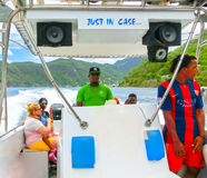 Santa Lucía, el Caribe - 12 de mayo de 2016: Catamarán cerca de una playa del Caribe hermosa Fotografía de archivo