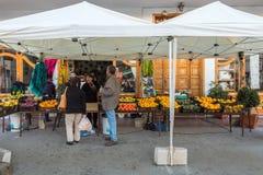 Santa Lucia Gran Canaria i Spanien - December 13, 2017: Fruktmarknad på gatan i Santa Lucia, en liten by in Arkivbilder
