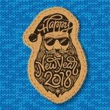 Santa má com vidros e a barba grande com o ano novo feliz 2018 da rotulação no azul fizeram malha o fundo stitched Fotografia de Stock