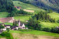 Santa Maddalena Church nelle alpi italiane delle dolomia, Odle, molla l Fotografia Stock Libera da Diritti