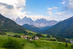 Santa Maddalena-Dorf vor der Odle-Dolomit-Gruppe Stockbilder