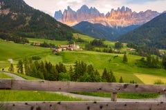 Santa Maddalena-Dorf vor der Odle-Dolomit-Gruppe Stockfotografie