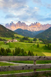 Santa Maddalena-Dorf vor der Odle-Dolomit-Gruppe Lizenzfreies Stockbild