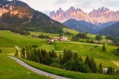 Santa Maddalena-Dorf vor der Odle-Dolomit-Gruppe Lizenzfreie Stockfotos