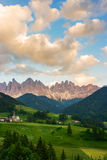 Santa Maddalena-Dorf vor der Odle-Dolomit-Gruppe Stockbild