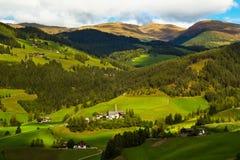 Santa Maddalena by i den Funes dalen Arkivfoto