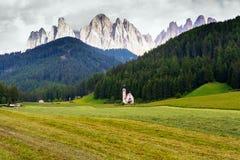 Santa Maddalena-Kirche in Val di Funes-Tal Stockbilder