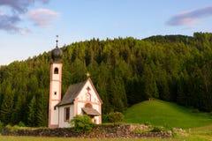 Santa Maddalena kościół w Val di Funes dolinie fotografia royalty free