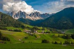 Santa Maddalena Village e le dolomia, Val di Funes, Italia Fotografie Stock