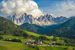 Santa Maddalena Village e le dolomia, Val di Funes, Italia Immagine Stock
