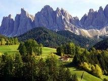 Santa Maddalena Village och Odle berg royaltyfria foton
