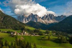 Santa Maddalena Village y las dolomías, Val di Funes, Italia Foto de archivo libre de regalías