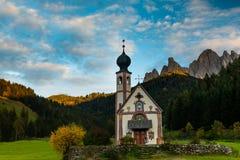Santa Maddalena wioska przed Geisler, Val di Funes, Włochy, Europa obraz stock