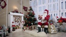 Santa Make Selfi His Phone, sitio con la chimenea almacen de video