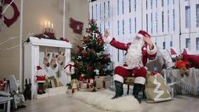 Santa Make Selfi His Phone, sitio con la chimenea almacen de metraje de vídeo
