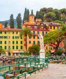 Santa Margherita Ligure Génova, Italia, vista del terraplén, casas coloridas imagen de archivo