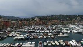 SANTA MARGHERITA LIGURE, ITALIË - 8 Augustus, 2015: Boten dichtbij de luchtmening van havensanta margherita ligure stock video