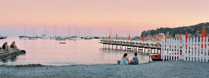 Santa Margherita Liguria, Italien - Augusti 27, 2016: aftonsikt från stranden på port Royaltyfri Fotografi