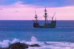 Santa Maria de Colombo in open zee bij zonsondergang stock fotografie