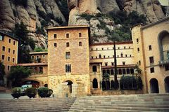 Santa Maria de Montserrat Abbey i Monistrol de Montserrat, Catalonia, Spanien Royaltyfria Bilder