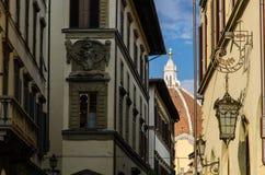 Santa Maria del Fiore Dome moldou perto através das construções de Banchi do dei, Florença, Itália Imagem de Stock Royalty Free