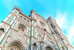 Santa Maria Del Fiore domkyrka Florence Ljusa himmel- och imponerande föreställningmoln Royaltyfri Bild