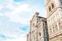 Santa Maria Del Fiore domkyrka Florence Ljusa himmel- och imponerande föreställningmoln Arkivfoto