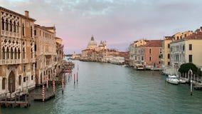 Santa Maria della Salute no tempo do por do sol, uma igreja Católica em Veneza, Itália video estoque