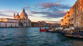 Santa Maria della Salute på soluppgång i Venedig, Italien Stor soluppgång för kanal av Accademias bro italy venice venetian royaltyfri foto