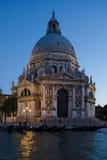 Santa Maria della Salute på natten Arkivbild