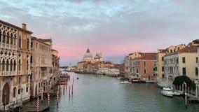 Santa Maria della Salute a tempo di tramonto, una chiesa cattolica a Venezia, Italia archivi video