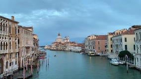 Santa Maria della Salute a tempo di tramonto, una chiesa cattolica a Venezia, Italia video d archivio