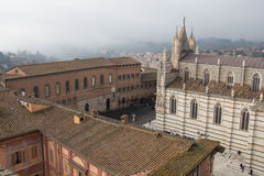 Santa Maria della Scala och storstads- domkyrka av Santa Maria Assunta på Piazza del Duomo di Siena Sikt från facciatonen Tusca Arkivfoto