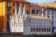 Santa Maria della Spina kyrkaArno River invallning Pisa Tuscan Arkivfoton