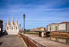 Santa Maria della Spina kyrkaArno River invallning Pisa Tuscan Royaltyfria Bilder