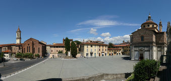 Santa Maria delleCarceri kyrka och fyrkant i Prato Fotografering för Bildbyråer
