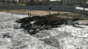 Santa Maria di Castellabate - mares agitados en las rocas de la playa