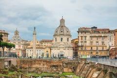 Santa Maria di Loreto kyrka och Colonna Traiana i Rome Royaltyfri Fotografi