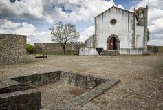 Santa Maria gör den Castelo kyrkan inom slotten i den Abrantes staden, område av Santarem, Portugal Royaltyfri Foto