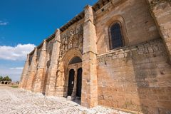 Santa Maria la Real kyrka i Olmillos de Sasamon, Burgos, Spanien arkivfoton